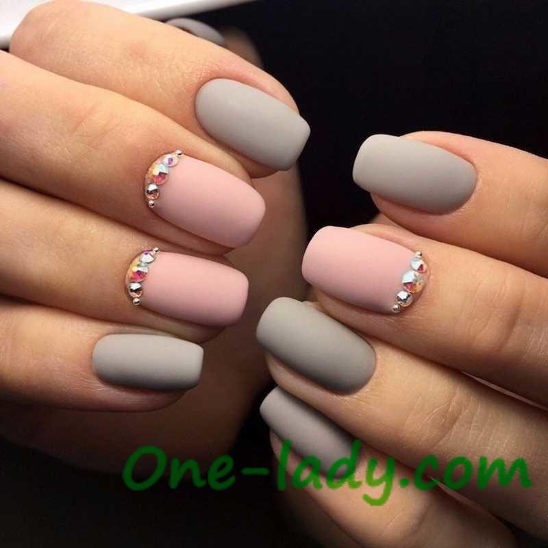 Маникюр в серо-розовых тонах на короткие ногти