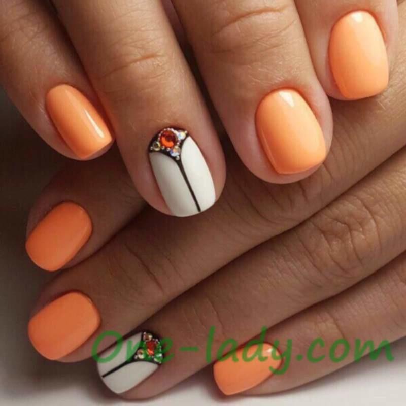 Оранжевый маникюр с белым фото
